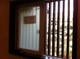 格子付きの窓